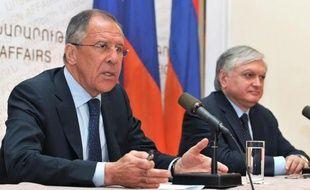 """Le ministre russe des Affaires étrangères, Sergueï Lavrov, a mis jeudi en garde les Occidentaux contre les """"menaces et ultimatums"""" à l'encontre de la Syrie, au moment où le Conseil de sécurité de l'ONU prépare une déclaration sur le conflit syrien."""