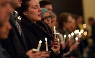 Des chants, des larmes et des prières: les Bostoniens se sont rassemblés mardi soir à travers la ville, pour rendre un hommage ému aux victimes du double attentat survenu la veille en marge du marathon.