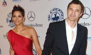 Les acteurs Halle Berry et Olivier Martinez arrivent au 2010 Carousel of Hope Ball, à Los Angeles, le 23 octobre 2010.