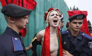 Alexandra Shevchenko, activiste du groupe Femen, lors de son arrestation devant le Parlement de Kiev enUkraine, le 5 juillet 2011.