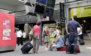 Des voyageurs en gare de Montparnasse à Paris