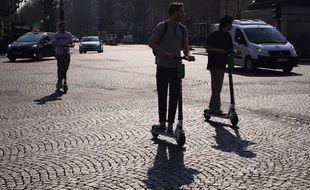 Les trottinettes sont désormais interdites de stationnement sur les trottoirs parisiens.