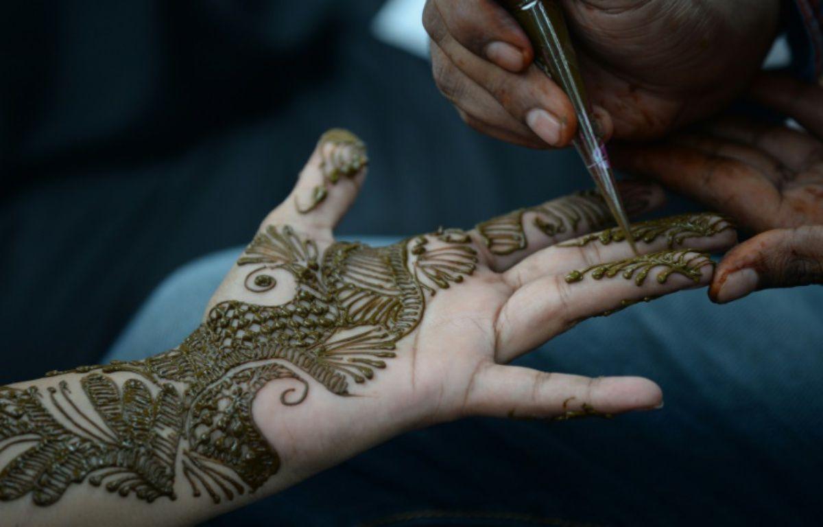 Une jeune fille indienne se fait tatouer la main au henné pour fêter l'Aïd el-Fitr, la fin du ramadan, à Bombay le 6 juillet 2016 – INDRANIL MUKHERJEE AFP