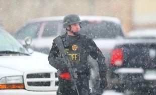 Un policier sur les lieux de la fusillade près d'un planning familial dans le Colorado, le 27 novembre 2015.