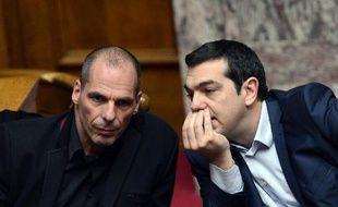 Le ministre grec des Finances Yianis Varoufakis (g) et le Premier ministre Alexis Tsipras (d) au Parlement, le 18 février 2015 à Athènes