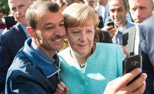 Angela Merkel prend un selfie avec un réfugié à Berlin, le 10 septembre 2015.