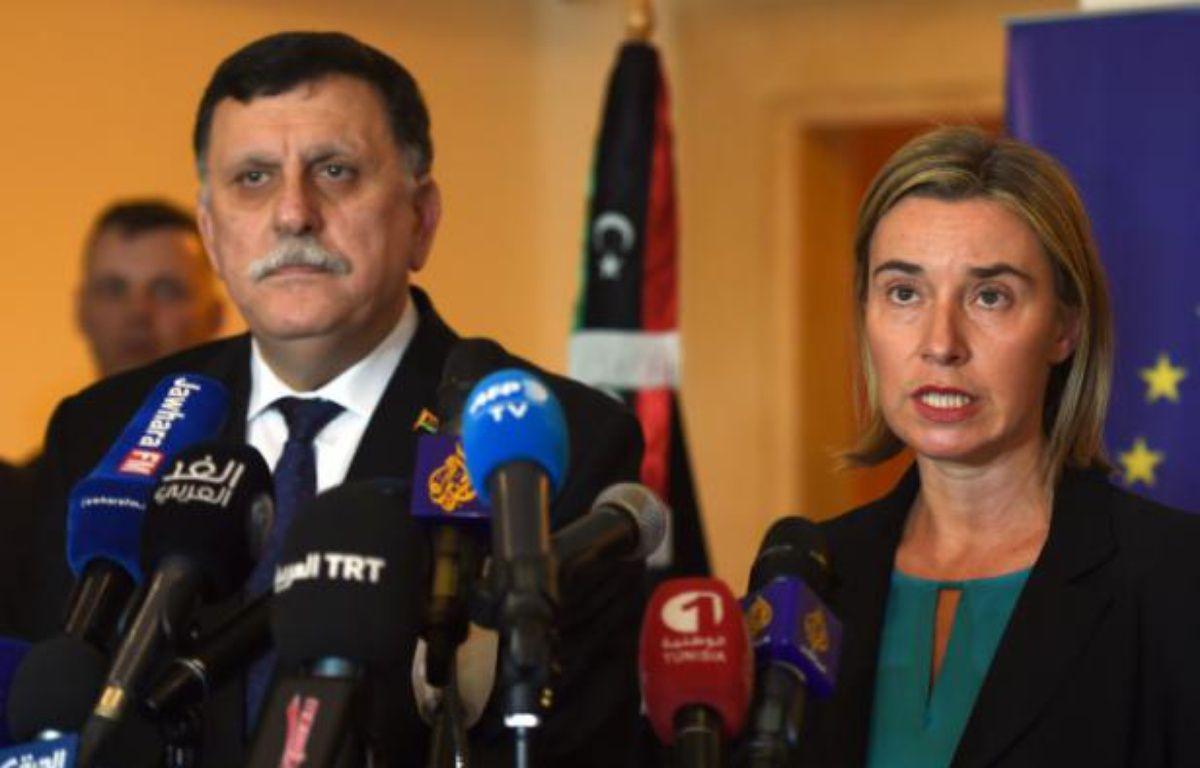 La chef de la diplomatie européenne Federica Mogherini et le le futur Premier ministre libyen, Fayez el-Sarraj, lors d'une conférence de presse à Tunis le 8 janvier 2016 – FETHI BELAID AFP