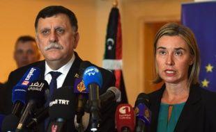 La chef de la diplomatie européenne Federica Mogherini et le le futur Premier ministre libyen, Fayez el-Sarraj, lors d'une conférence de presse à Tunis le 8 janvier 2016