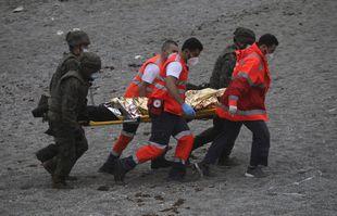 Un homme est emmené sur une civière par les secours à la frontière du Maroc et de l'Espagne, dans l'enclave espagnole de Ceuta, le mardi 18 mai 2021.