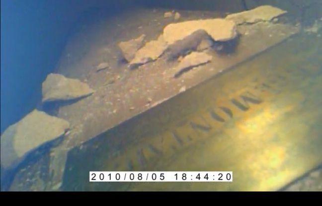 La plaque portant le nom de Montaigne découverte sur un cercueil.