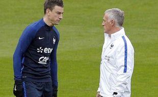 Laurent Koscielny et Didier Deschamps lors d'un rassemblement de l'équipe de France, le 28 mars 2016.