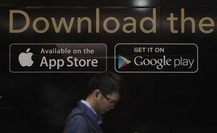 Les logos de Google Play et de l'App Store.
