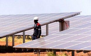 Un technicien marche entre les panneaux photovoltaïques lors de la cérémonie d'inauguration de la centrale solaire de Bokhol au Sénégal, le 22 octobre 2016. Ce projet a bénéficié d'un prêt de 34,5 millions d'euros de Proparco (une entité de l'Agence française de développement).