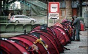 """Les Enfants de Don Quichotte ont recensé 250 SDF dormant dans des tentes le long du canal Saint-Martin à Paris et attendent l'arrivée de travailleurs sociaux pour étudier """"au cas par cas"""" les solutions d'hébergement, a annoncé mardi l'association."""