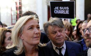Pour Marine Le Pen, la caricature d'une affiche publiée dans Charlie Hebdo la représentant en étron fumant caractérise une injure.