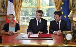 Emmanuel Macron, entouré d'Elisabeth Borne et de Benjamin Griveaux, le 27 juin 2018.