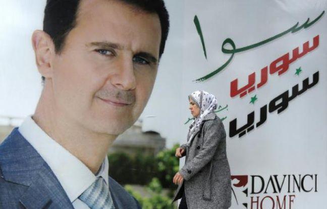 Une femme syrienne passe devant un mural du prsident syrien Bashar al-Assad,  Damas, le 4 mars 2015