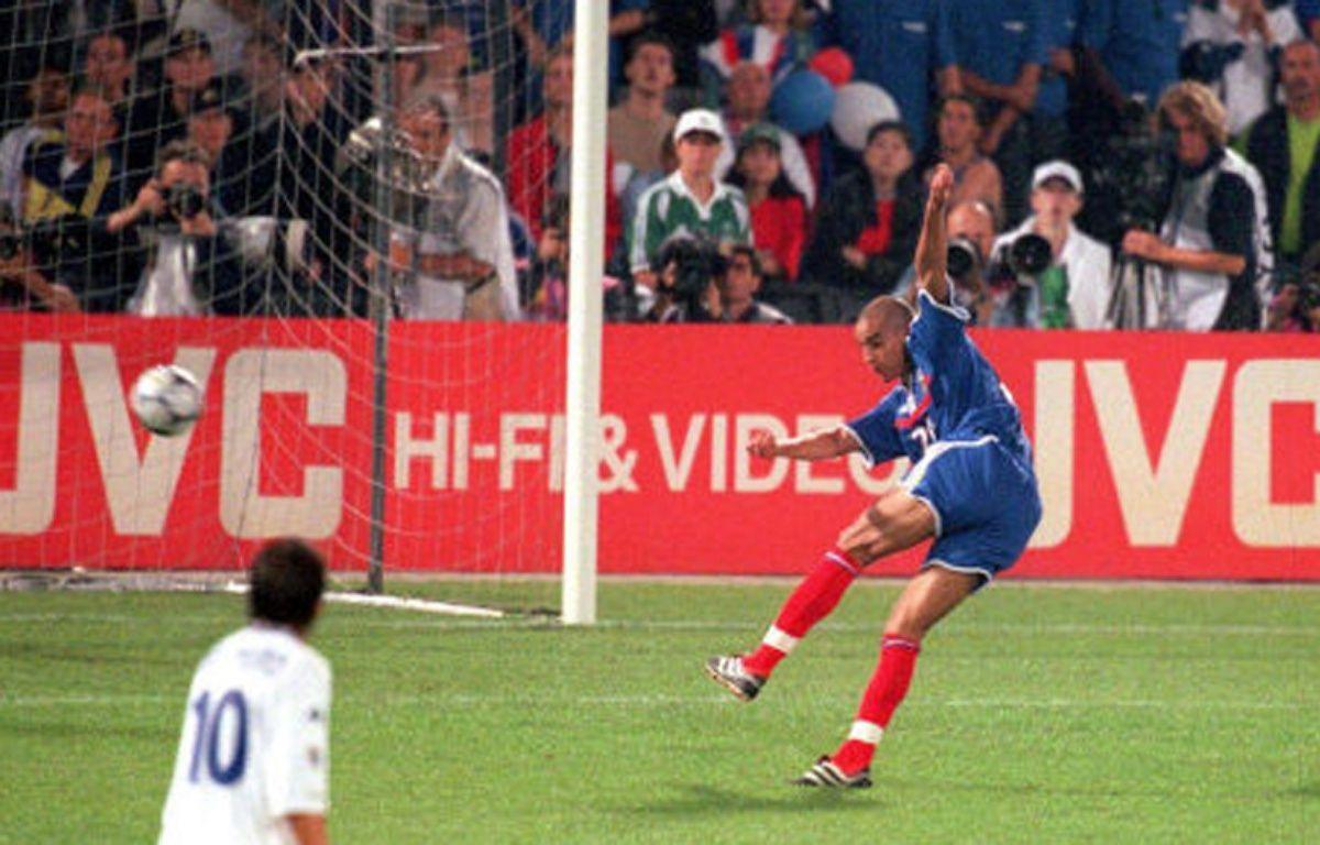 l'attaquant de l'équipe de France David Trezeguet marque contre l'Italie en finale de l'Euro 2000. –  ASHTON/EMPICS SPORTS/SIPA