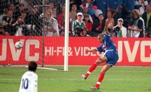 l'attaquant de l'équipe de France David Trezeguet marque contre l'Italie en finale de l'Euro 2000.