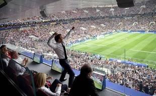 Emmanuel Macron célèbre le premier but français dimanche 15 juillet à Moscou.