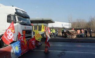 Des transporteurs routiers bloquent la route à Bruges près de Bordeaux le 21 janvier 2015