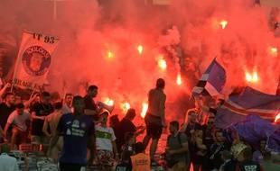 Des fumigènes allumés par les Indians Tolosa lors de TFC-Dijon, le 17 août 2019 au Stadium de Toulouse.