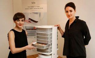 """Katharina Unger (g) et Julia Kaisinger présentent leur appareil """"Ruche de table"""", le 7 janvier 2016 à Vienne"""