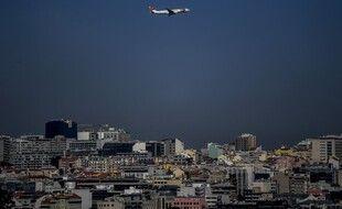 Un avion de la compagnie portugaise TAP survole Lisbonne, le 5 avrils 2021.