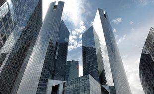 """Les banques françaises vont devoir renforcer de manière substantielle leurs fonds propres d'ici la fin juin, en menant leur activité sous la menace, agitée par les pouvoirs publics, d'une suppression des dividendes servis à leurs actionnaires et des bonus dus à leurs """"traders""""."""