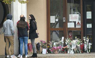 Ce samedi, des parents d'élèves ont commencé à rendre hommage à l'enseignant tué à Conflans-Saint-Honorine la veille.