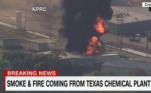 Une épaisse fumée noire s'élève au-dessus de l'usine du groupe français Arkema, au Texas, le 1er septembre 2017.