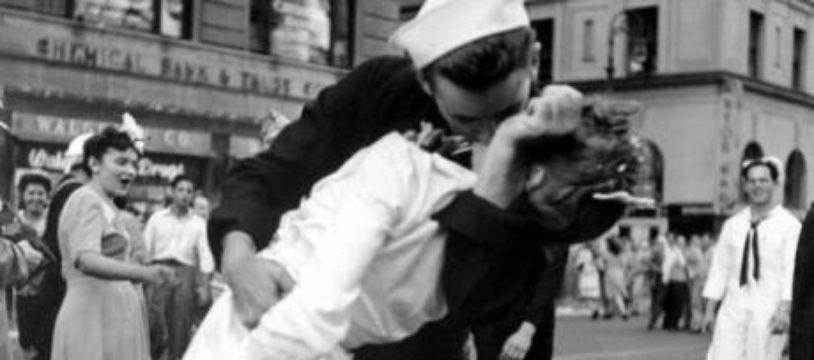Un marin américain embrasse une infirmière à Times Square pour fêter le «V-J Day», la capitulation du Japon lors de la Seconde Guerre Mondiale, New York, le 14 août 1945.
