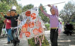 Les plus petits mettent le recyclage à la mode lors d'un défilé à l'Ecolothèque.