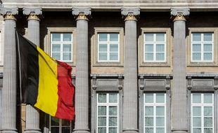 Vue du Parlement belge, avec un drapeau belge.