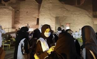 Une guide saoudienne porte un masque alors qu'elle fait visiter un site touristique près de Ryad, en Arabie saoudite, le 25 février 2020.