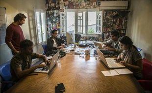 Menna Ayman, Salem Massalha, Shehab el-Dien, Alban Menonville, et Nader Meleika dans les locaux de la start-up Bassita au Caire, le 12 avril 2016