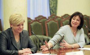 La ministre ukrainienne des Finances Natalie Jaresko le 25 février 2015 au côté de la présidente de la banque nationale ukrainienne Valeriya Hontaryeva à Kiev
