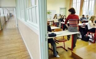 Une enseignante dans sa classe.
