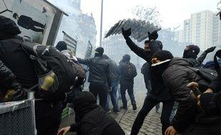 Pendant la manifestation des gilets jaunes à Paris, à l'occasion des un an du mouvement.