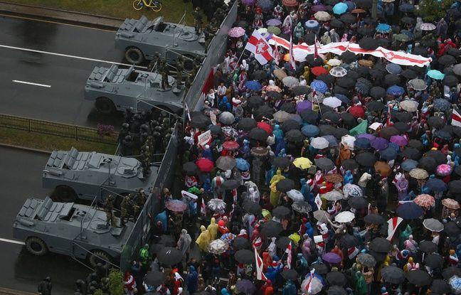 Des voitures blindées de la police arrêtent la tête du cortège des opposants au régime biélorusse, à Minsk le 6 septembre 2020.