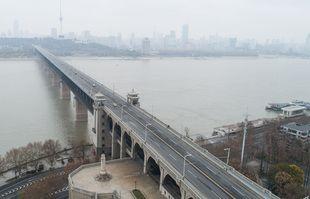 Une photo aérienne prise le 27 janvier 2020 montre le pont au-dessus du fleuve Yangtze à Wuhan, dans la province du Hubei en Chine centrale.