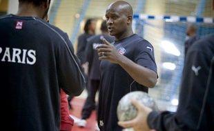 L'entraîneur du Paris-Handball, Olivier Girault, lors d'un entraînement au stade Pierre de Coubertin à Paris, le 1er décembre 2008.