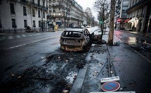 Une voiture brûlée, illustration