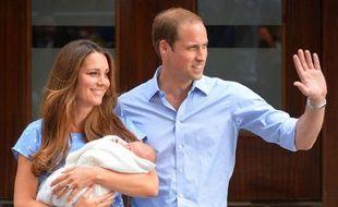 Le prince William et son épouse Kate ont présenté mardi mardi 23 juillet leur fils, devant l''hôpital St Mary de Londres où il est né.