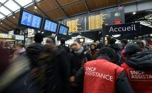 Des agents de la SNCF conseillent les voyageurs à la gare Saint-Lazare à Paris, mardi 26 avril, journée de grève.
