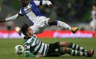 Le défenseur portugais du Sporting lisbonne, Miguel Lopes, (en bas), lors d'un match contre Porto, le 2 mars 2013 à Lisbonne.