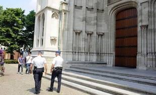 Patrouille de police devant la cathédrale St. Rumbold's, près du siège de l'Eglise belge, à Malines-Bruxelles en Belgique, où des perquisitions ont été effectuées le 24 juin 2010.