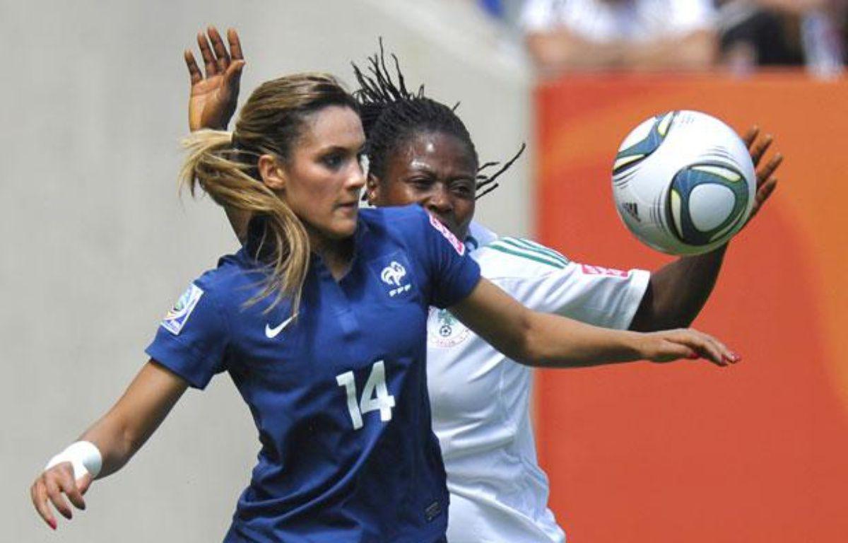Le milieu de terrain de l'équipe de France de football, Louisa Necib, a été élue«joueuse du match» pendant le premier affrontement de la France en Coupe du monde 2011, contre le Nigeria. – THOMAS KIENZLE / AFP