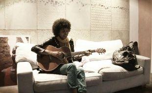 La chanteuse Ayo chez elle à Paris le 8 mars 2011