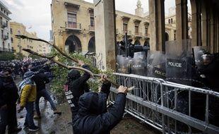 Des manifestants font face à la police antiémeute aux abords du Parlement libanais, à Beyrouth, le 18 janvier 2020.